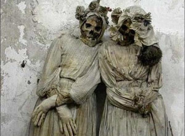 اینجا مردگان ایستاده می خوابند+ عکس