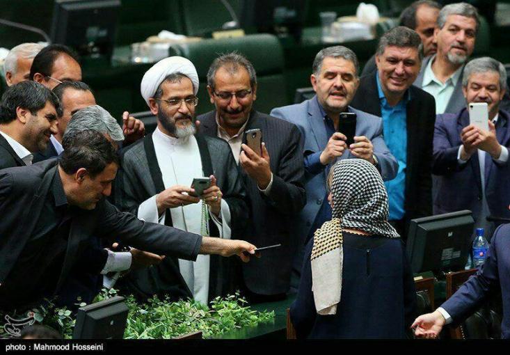 تاریخ درباره مردم ایران در دهه 80 و 90 چه قضاوتی خواهد کرد؟/سلفي حقارت
