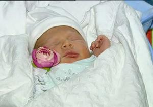 اولین نوزاد سال ۹۷ به دنیا آمد + فیلم