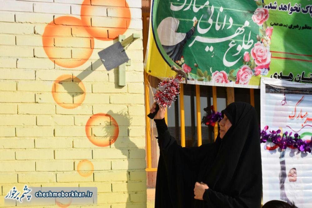 طنین زنگ مهر و مقاومت توسط همسر شهید مدافع حرم در شهر سین+ تصاویر
