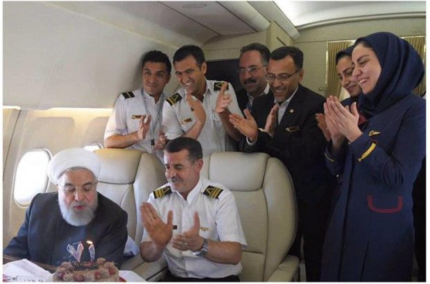 جشن تولد ۷۱ سالگی روحانی در هواپیما/ عکس