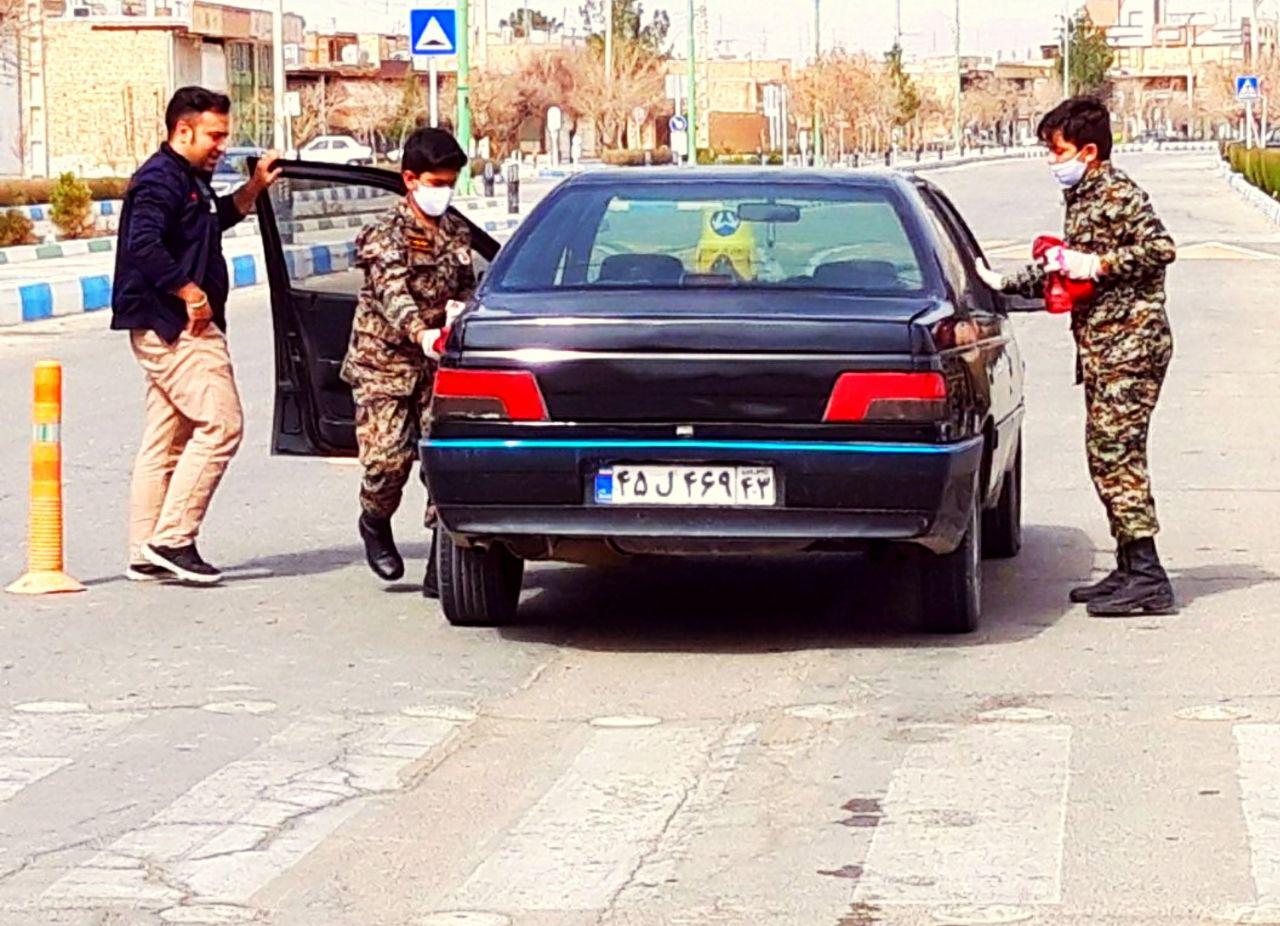 ضد عفونی وگندزدایی خودروها توسط بسیجیان شهر کمشچه +تصاویر