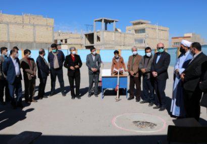 کلنگ سالن چند منظوره در دبیرستان شهیدان اسلام خورزوق به زمین زده شد